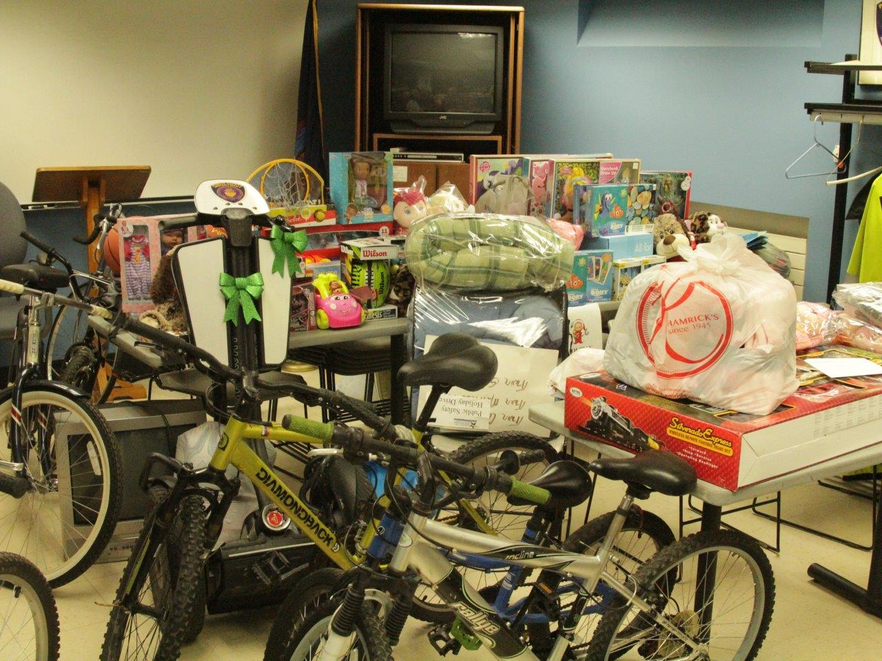 6ce36c21bbd94 Faculty and staff members generously donated toys